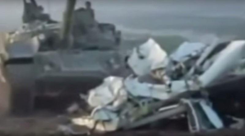 Відео як танк розправився з мікроавтобусом, зробивши з машини купу брухту