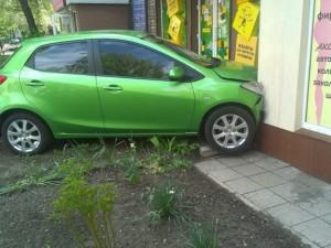 У Запоріжжі автомобіль врізався в магазин